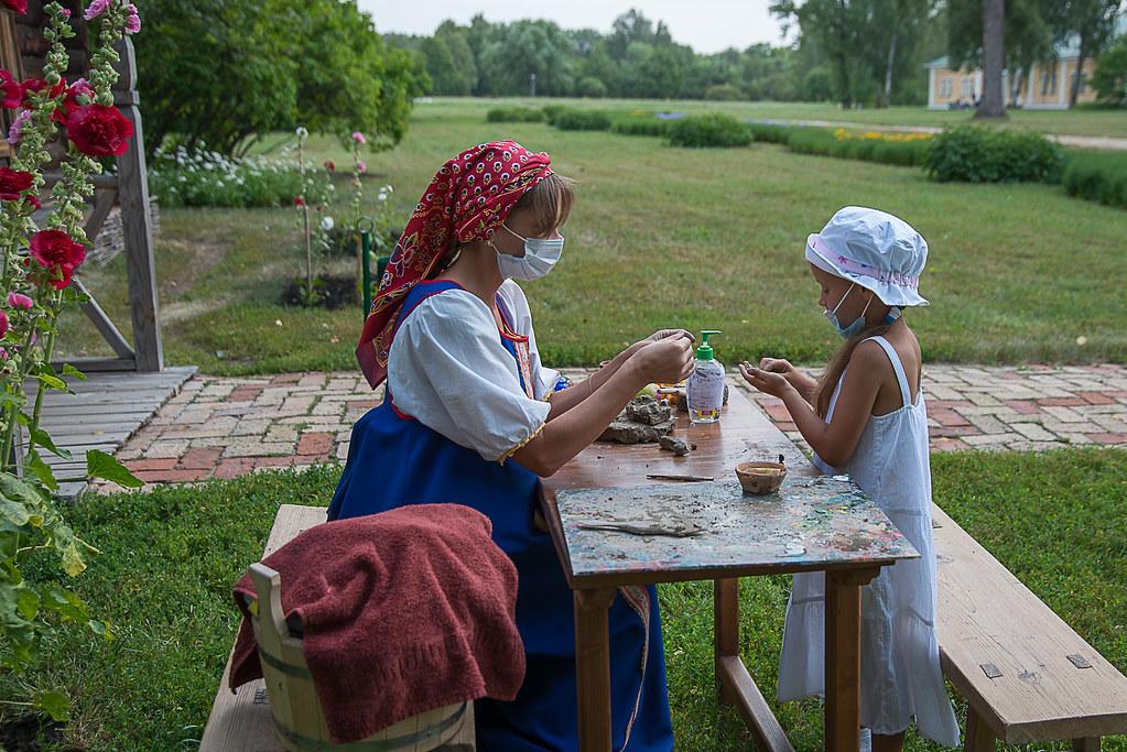 Мастер-классы с детьми по изготовлению глиняных игрушек у дома ключника проводит мастер повозрождению народных промыслов Лескина Анна