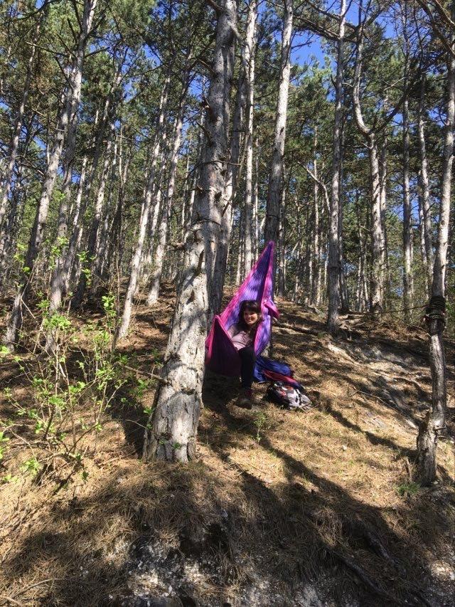 tutec függőágyban fekvés erdőben