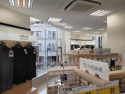 台中市中區寶雅POYA二樓賣場空間,可以看到對面的中央書局