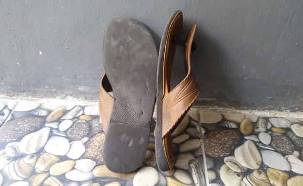 permukaan-sandal-lily-lama-yang-sudah-halus-bikin-licin