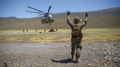 Marines lift an M777 Howitzer with a CH-53E Super Stallion during an exercise in Hawai | by #PACOM