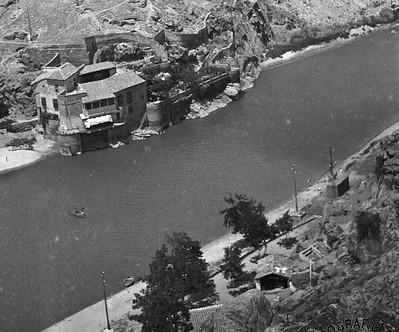 Instalaciones del Club Milcar en las inmediaciones de la Casa del Diamantista y la Barca de Pasaje en el verano de 1933. Detalle de una fotografía de Gonzalo de Reparaz (Institut Cartogràfic de Catalunya)