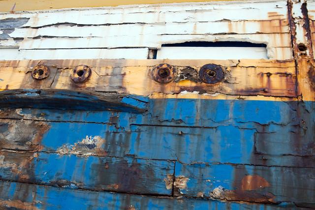 bateau bleu moins frais que le poisson