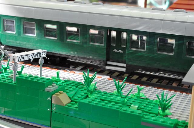 Zug aus Umbauwagen hält in Wattenweiler