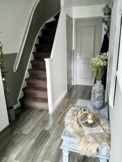 Witte trap grijze deuren grijze sidetable hal