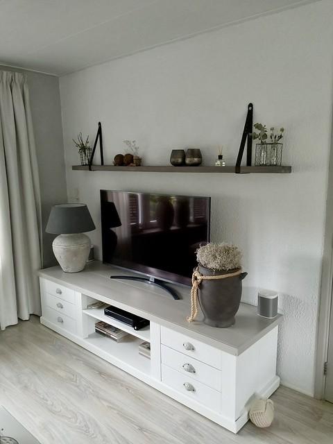 TV kast wit met grijs kruiklamp plank