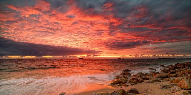 Le ciel rougeoie sur l'Atlantique