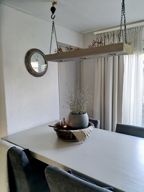 Lamp met kettingen boven eethoek