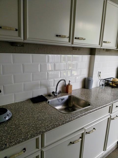 Landelijke keuken met witte tegels