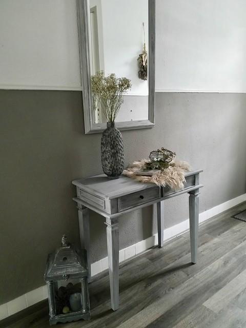 Grijze sidetable grijze spiegel lambrisering grijswit