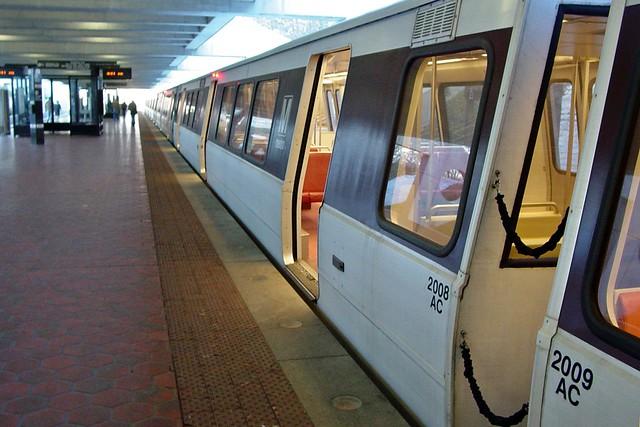 Yellow Line train at Huntington [01]