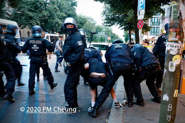 """Interkiezionale-Demonstration: """"Raus aus der Defensive! Ohnmacht wir zu Mut. Sabotiert die herrschenden Verhältnisse! Für die Stadt von Unten! Wir bleiben Alle! – 01.08.2020 – Berlin – _MG_5745"""