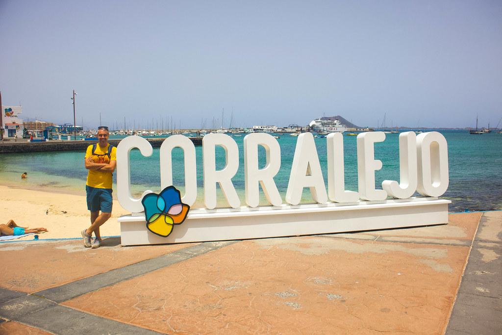 Letrero Corralejo en el pueblo de Corralejo en Fuerteventura