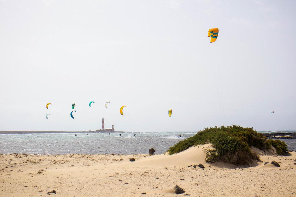 Practicando kitesurf en playa Los Charcos en El Cotillo