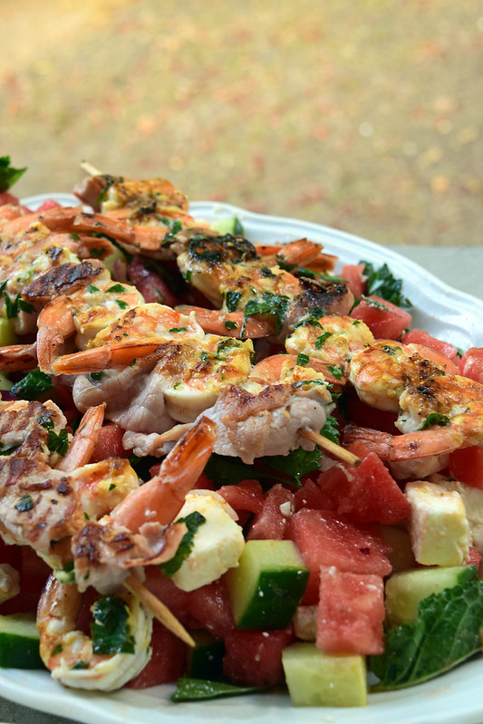 Salade de pastèque, féta et brochettes de crevettes au bacon