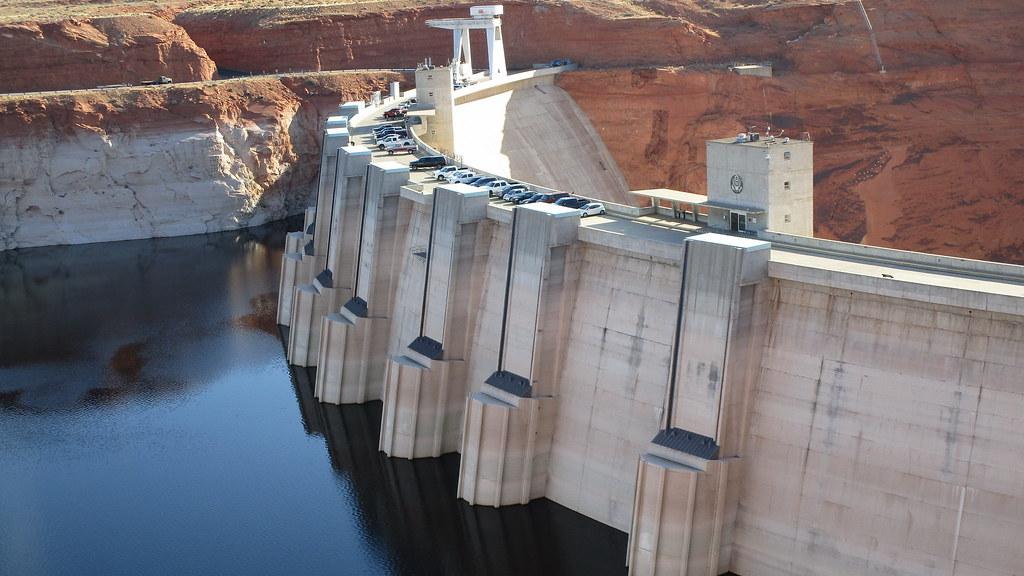 Arizona - Lake Powell: Glen Canyon Dam forms a fascinating water reservoir - a bizarre lake in the desert