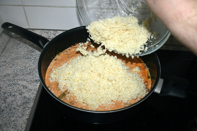 31 - Add cauliflower rice to pan / Blumenkohlreis in Pfanne geben
