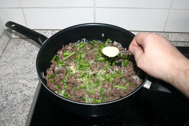 23 - Intersperse granulated garlic / Knoblauchpulver einstreuen