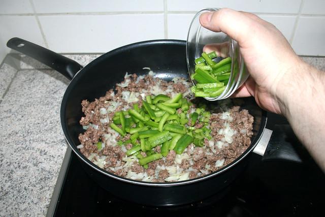 22 - Add bell pepper stripes to pan /  Paprikastreifen in Pfanne geben