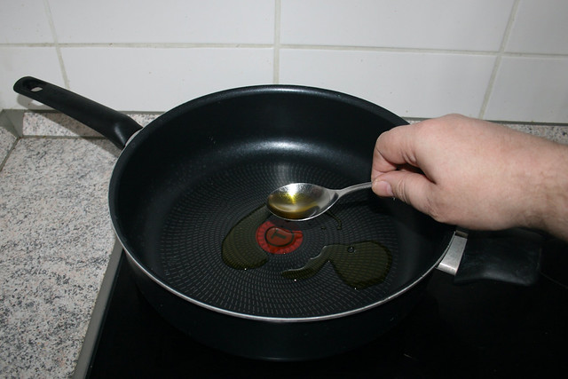 11 - Öl in Pfanne erhitzen / Heat up oil in pan