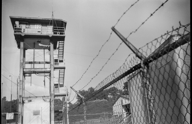 watchtower, fence, barbed wire, Norfolk and Southern Railway, Asheville, NC, Goerz Box Tengor, Fomapan 200, Moersch Eco fim developer, 8.1.20