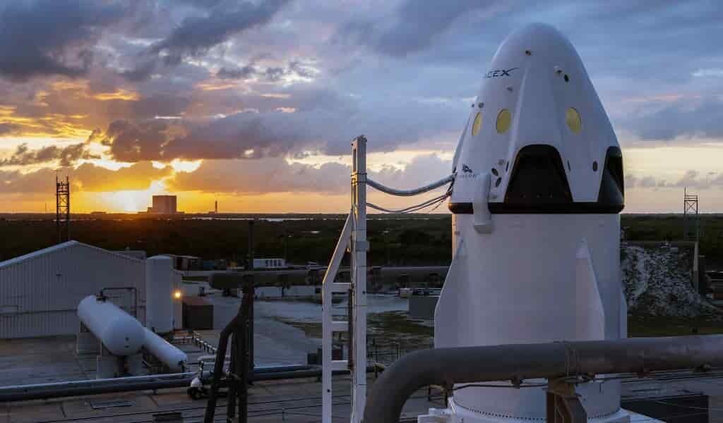 la-capsule-de-spacex-est-posées-avec-les-deux-astronautes