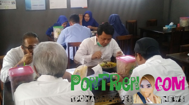 orang-sedang-makan-siang-di-rumah-makan-bu-Medi