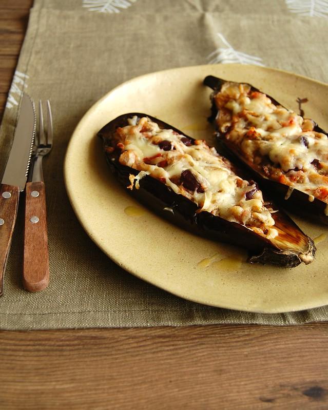 Barquinhas de berinjela com tomate e queijo