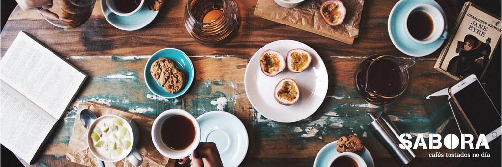 Cafés sobre a mesa duns cafeteiros.