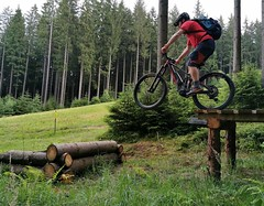 Skok na trailu Medvěd