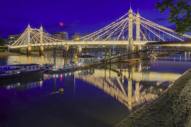 Una poesia di lampadine / Light bulbs poem (Albert Bridge, London, United Kingdom)