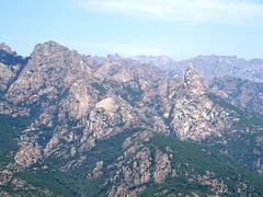 Au virage de la piste haute de Luviu : vues et panoramiques sur la Punta Bunifazinca et les crêtes de Bavedda