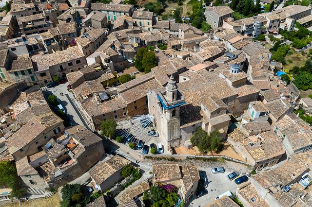 Die Kirche Sant Bartolomeu in Valldemossa mit Dekorationen vor dem Eingang. Luftaufnahme