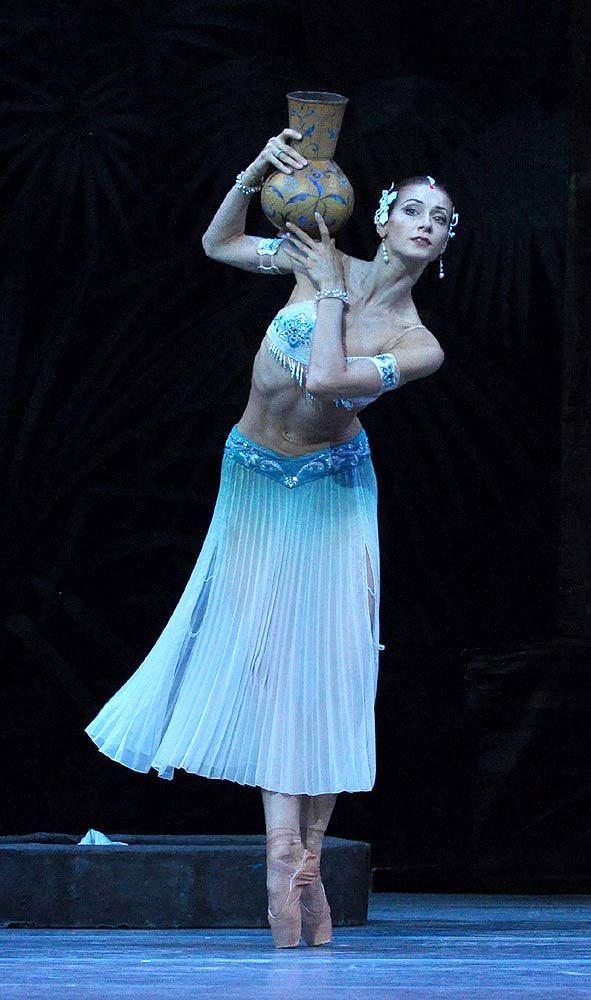 mariinsky-ballet-la-bayadere-act-i-ekaterina-kondaurova-nikiya-pics-john-ross2