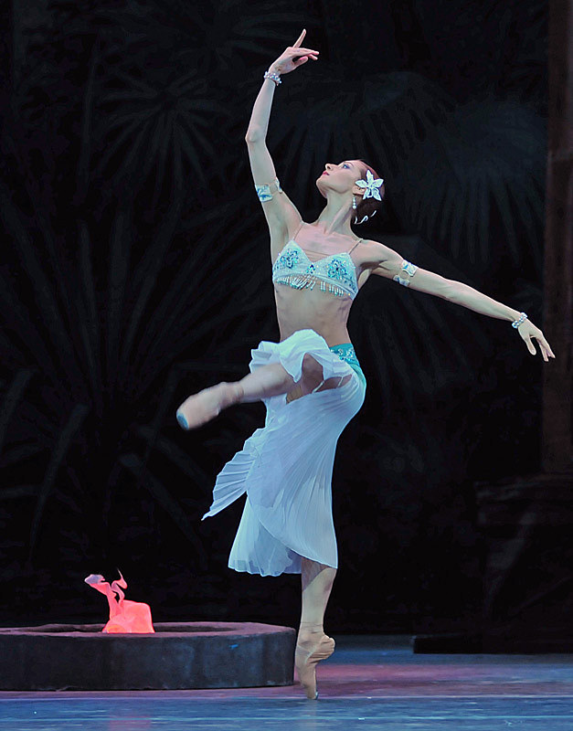 mariinsky-ballet-la-bayadere-act-i-ekaterina-kondaurova-nikiya-pics-dave-morgan2