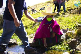 Un monitoreo del agua en el río Chetillano en Chetilla con los Comités de Vigilancia Ambiental nos mostró que el agua en Chetilla todavía está limpia. Al monitorear los macro invertebrados presentes en el río, pudimos comprobar que no existe contaminación. El agua de Chetilla llega a un 40 por ciento de Cajamarca. Por ello es tan importante cuidar el agua del Río Chetillano. Lxs participantes en el monitoreo se comprometieron a ser guardianes y guardianas del agua, protegiendo el agua desde arriba, para que llegue todavía limpia hacia la parte baja de la cuenca.  En el monitoreo participaron pobladorxs de Chetilla, incluyendo niñas. Todxs aprendieron cómo vigilar el río y el medio ambiente, cómo cuidar su agua, y cómo proteger el bien estar de todxs nosotrxs. Seguirán monitoreando, seguirán recolectando pruebas del agua limpia, y no permitirán que entre contaminación, de ningún tipo. Es trabajo de todxs nosotrxs proteger y defender el agua del Río Chetillano, uno de los últimos ríos con agua limpia en Cajamarca, y una fuente de agua tan importante para toda Cajamarca. ¡Juntxs cuidemos nuestro medio ambiente!
