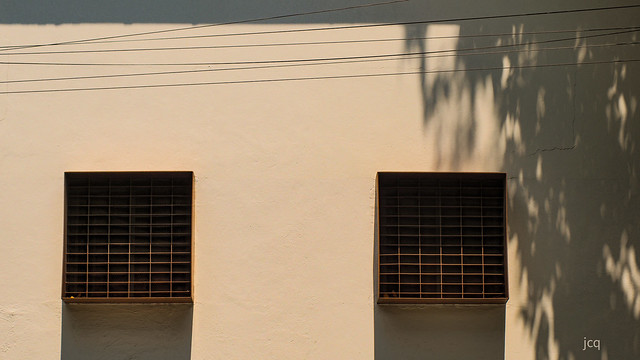 Pared.  Wall.