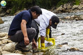 ¡Todavía hay agua limpia en el río Llaucan en Bambamarca! Un monitoreo del agua en la cuenca Llaucan en el Valle de Llaucan en Bambamarca nos mostró que el agua en el río Llaucan todavía está limpia. Junto al alcalde del Centro Poblado de Llaucan y a varixs compañerxs de la región realizamos el monitoreo del agua en el río. Durante un bonito encuentro en la iglesia del Centro Poblado de Llaucan para terminar la visita, se entregó un kit de monitoreo del agua al pueblo, para que lxs pobladores del Valle de Llaucan siempre puedan monitorear y vigilar su agua.