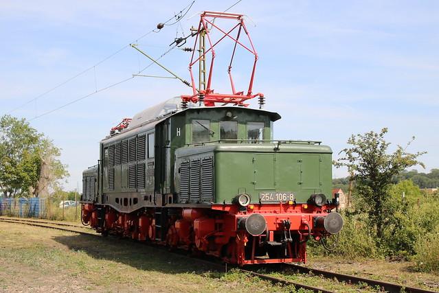 TEV: Schwere Güterzug-Elektrolokomotive 254 106-8 im Eisenbahnmuseum Weimar