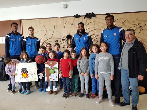 Student Athlete Network participants supporting Portuguese school children