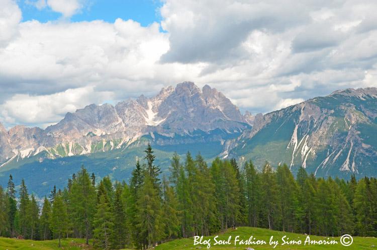 Observem a linda cadeia montanhosa das Dolomitas ao nosso redor