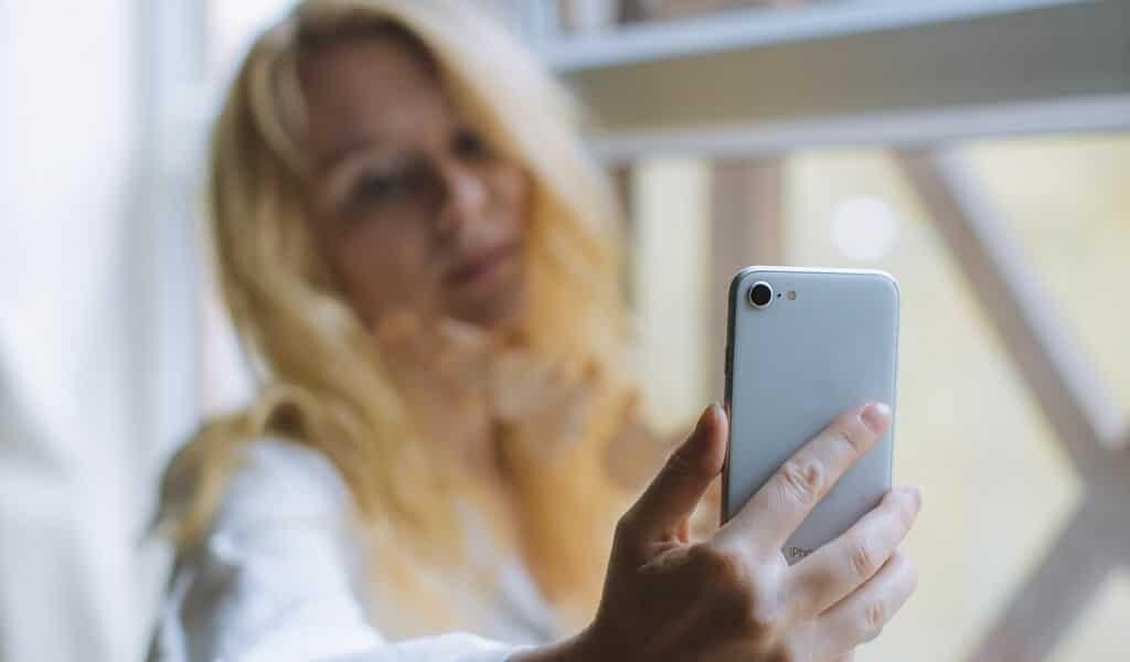Une IA transforme les selfies