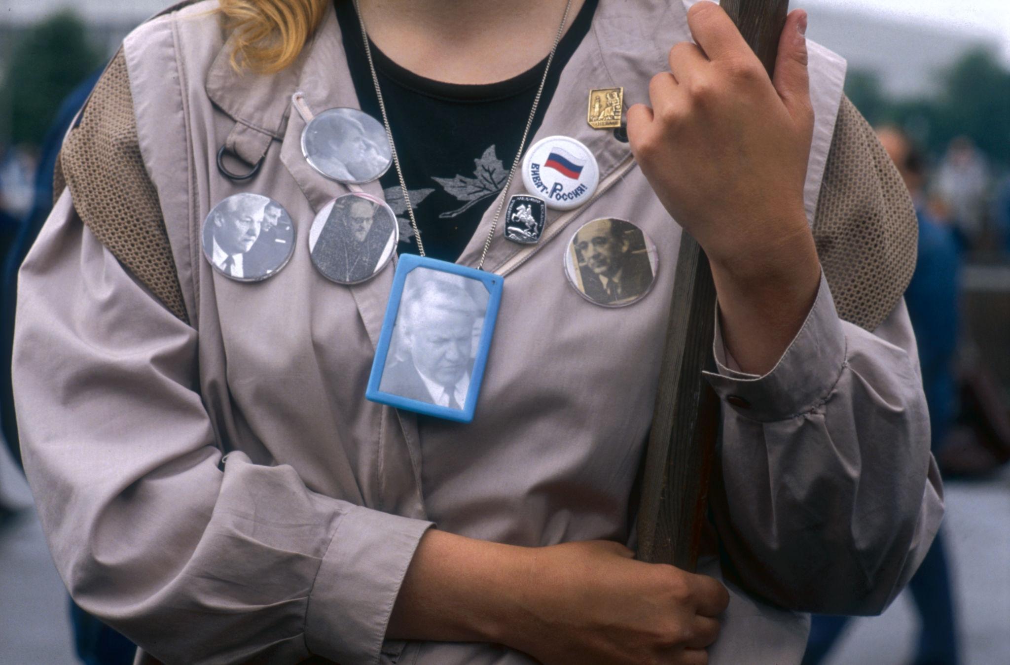 «От чего тебя упас Золотой иконостас?»  1990. 15 июля. Участница демонстрации носит значки с изображением Бориса Ельцина и других лидеров демократической оппозиции