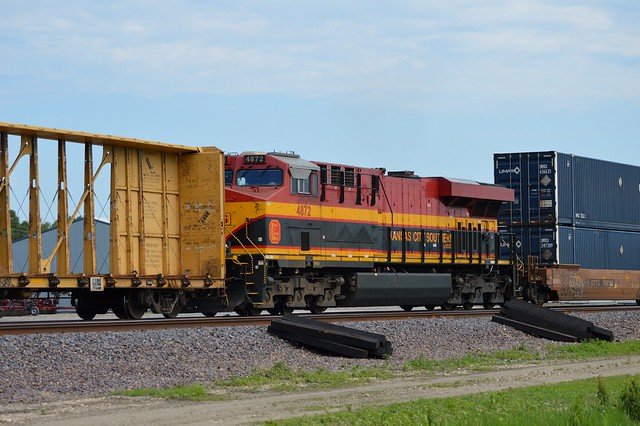 Stuck in the middle for power, Kansas City Southern deMexico  4872  rumbles along