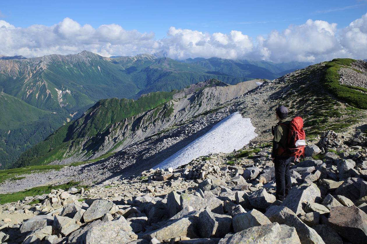 薬師岳山頂から水晶岳を望む