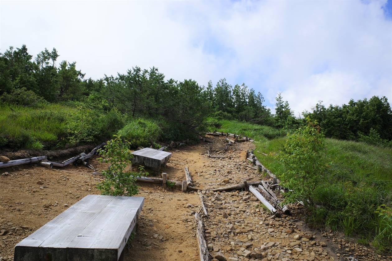 薬師岳登山 折立登山道のベンチ