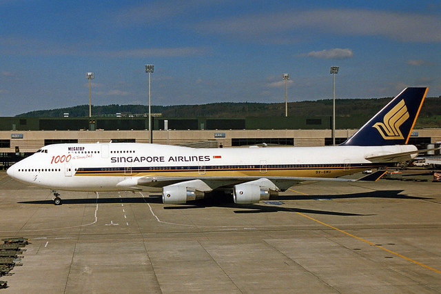 Singapore Airlines Boeing 747-412 9V-SMU