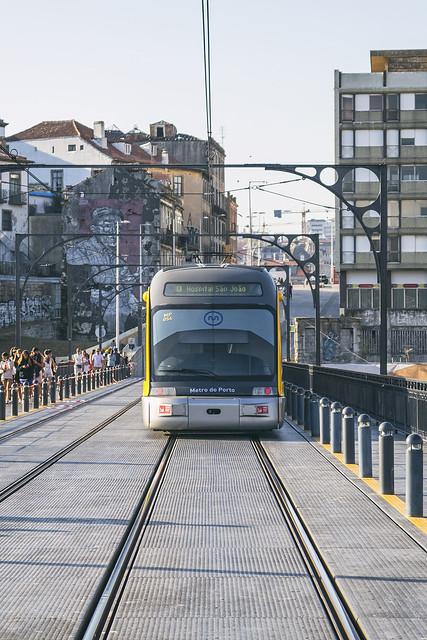 Entre el tren y las vías