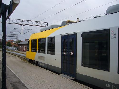 Hornbaekbanen low floor level access roll-on-roll-off 3 - RG P1130782D nee P1140196 Lokaltog Alsthom LINT 41 in Helsingor station platform 4 Hornbaek line platform
