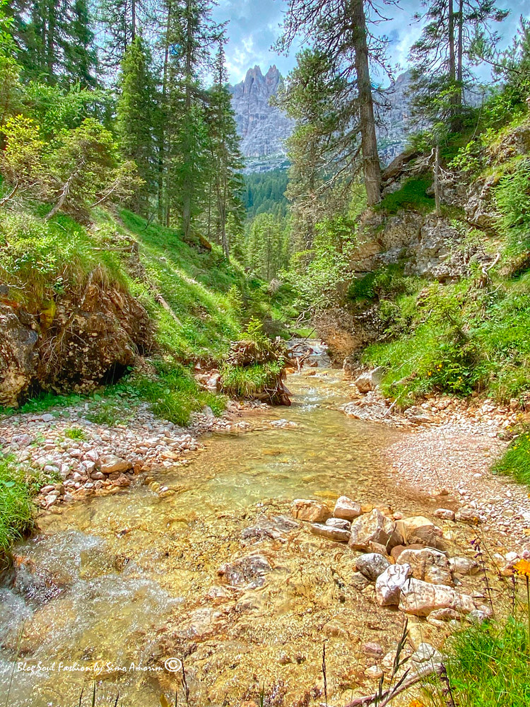 A trilha Gores de Federa é composta por canyons, cascatas, rios, pontes e panoramas maravilhosos como esse da foto.